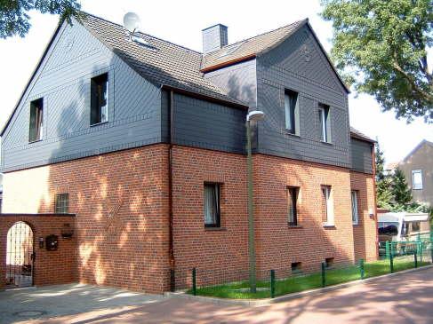 """Fassadengestaltung nachher  Unser Gewerk: Schiefer in """"Sauerländer Deckungsart"""" mit eingeschlagenen Ornamenten"""