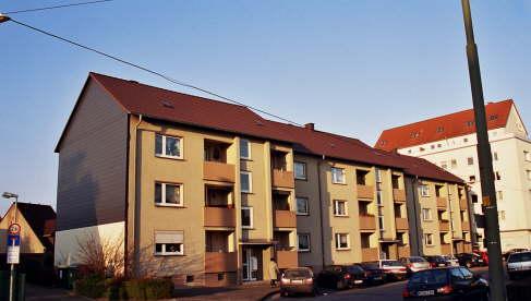 Sanierung der Dächer von 3 MFH mit BRAAS Harzer Pfanne BIG, Farbe: Braun Giebelverkleidung Strukturschieferplatten 30 x 30 cm Sockelbereich mit Zierer Fassadenelementen