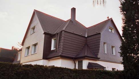 Dachsanierung: Braas Harzer Pfanne Giebelverkleidung mit Strukturschiefer 20x20 und 30x20 cm Fenstereinfassungen: Laibungen und Bänke aus Aluminiumblech pulverbeschichtet, Farbton: Weiß